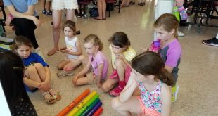 Elementary school children watch a Physics Exploratorium presentation  on sound waves  Photo by Tim Wieland